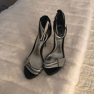 Whbm blk white pumps 6 see wear in photo